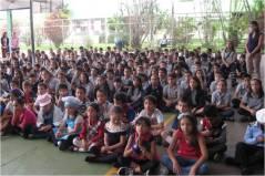 Los niños reciben al P. General