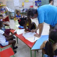 El P. Víctor ayudando en los repasos escolares en Guanabacoa