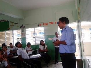 El P. Vinto hablando a los alumnos de Bávaro