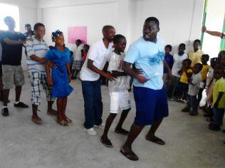 El junir Venio dirigiendo una danza